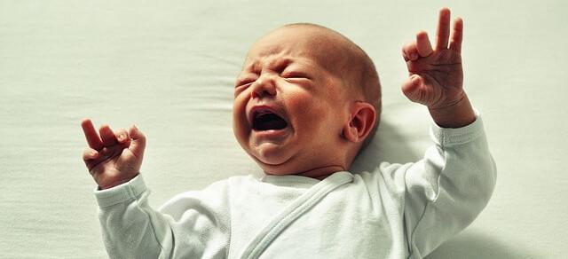 Proč moje dítě pláče? Příčinou může být dětská kolika